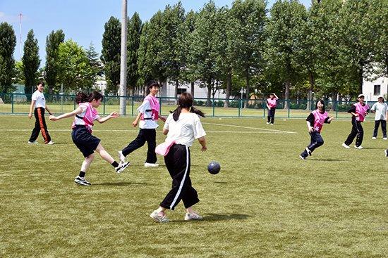 人工芝のサッカー場で授業を行いました(2020/07/17)
